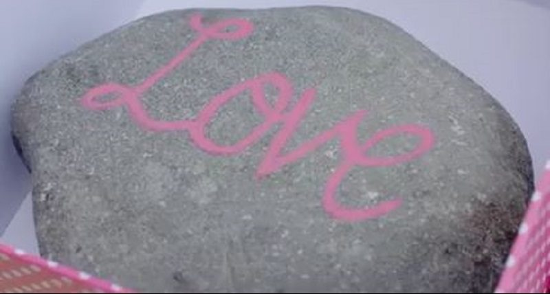 Kamień z napisem LOVE
