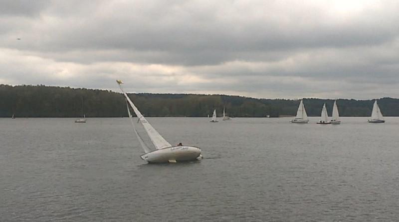 Wywrotka żaglówki na jeziorze Ukiel - fot. S. Olsztyn