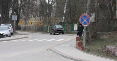 asystent wójta parkuje na zakazie
