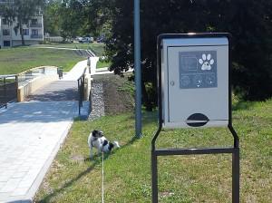 Park Centralny w Olsztynie, Dystrybutor z woreczkami na psie nieczystości, fot. Stanisław Olsztyn