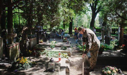 Sprzątanie mogił Powstańców Warszawskich - Terytorialsi na Powązkach