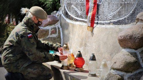 Terytorialsi zapalili znicze pod pomnikiem - fot. WOT